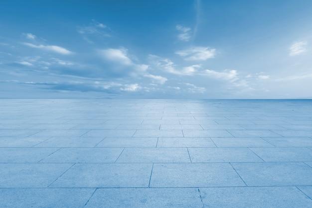 Paesaggio della nuvola della strada, della terra e del cielo Foto Premium
