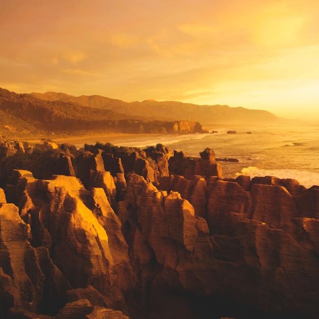 Paesaggio della scogliera della montagna dalla natura della costa della spiaggia scenica Foto Gratuite