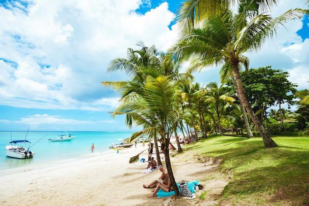 Paesaggio della spiaggia tropicale con le palme e la vista meravigliosa Foto Premium
