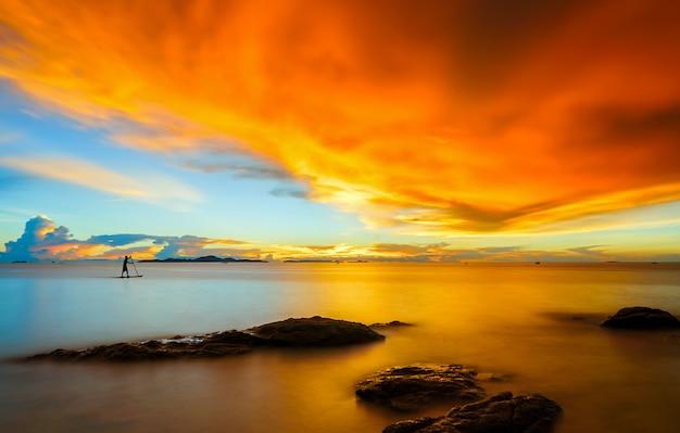 Paesaggio della spiaggia tropicale dell'isola di paradiso al tramonto a pattaya, thailandia. Foto Premium