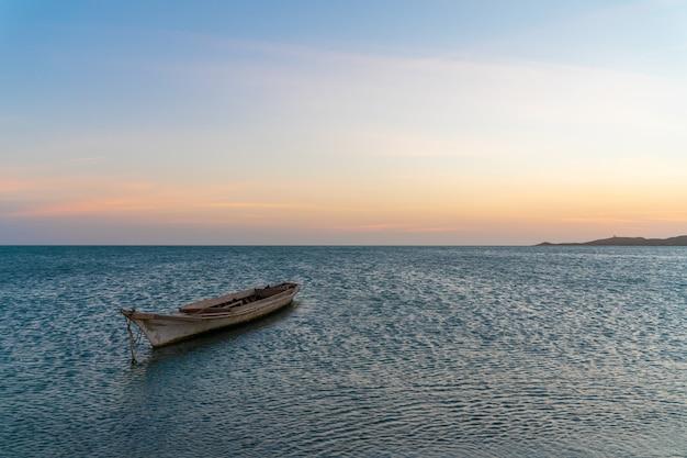 Paesaggio della spiaggia tropicale di paradiso, alba, tramonto sparato, con una barca Foto Premium