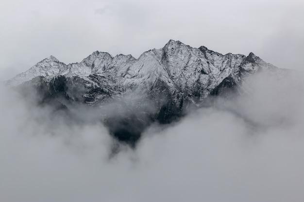 Paesaggio delle montagne coperte di neve Foto Gratuite