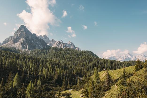 Paesaggio delle montagne di brown di giorno Foto Gratuite