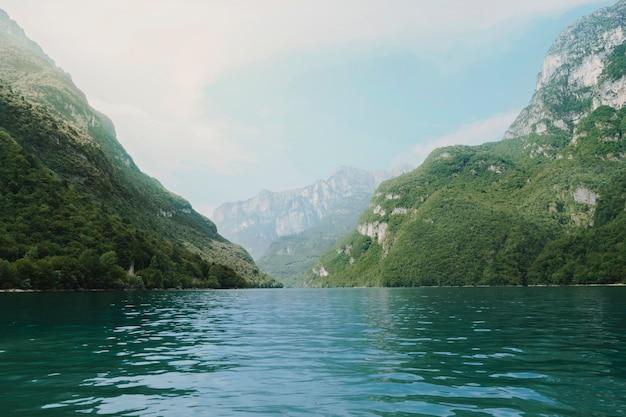 Paesaggio di un lago circondato da montagne Foto Gratuite