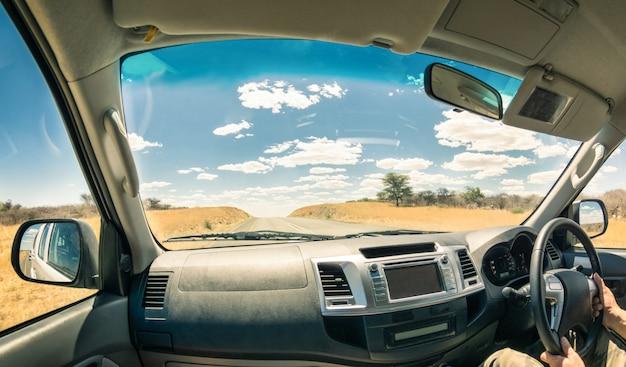 Paesaggio di viaggio da una cabina di guida dell'auto Foto Premium