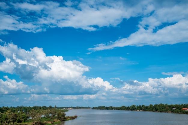 Paesaggio fiume con cielo blu, uno splendido scenario. Foto Premium