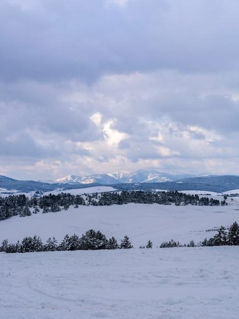 Paesaggio invernale sulla montagna Foto Premium