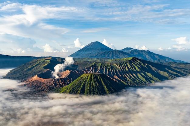 Paesaggio montuoso con nebbia Foto Gratuite