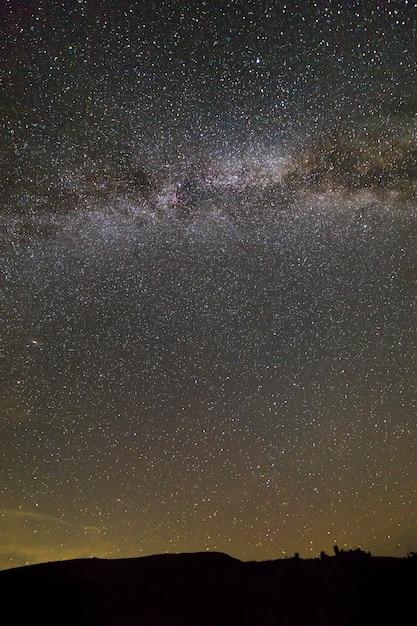 Paesaggio notturno di montagne con stelle Foto Premium