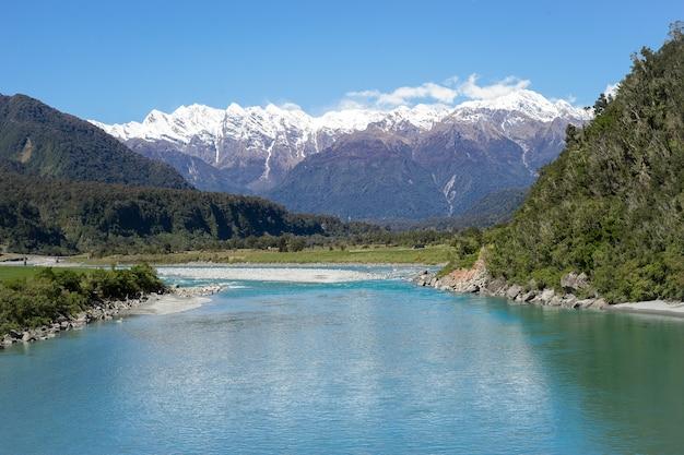 Paesaggio Paesaggio Del Lago Turchese Nella Foresta Con La Neve In