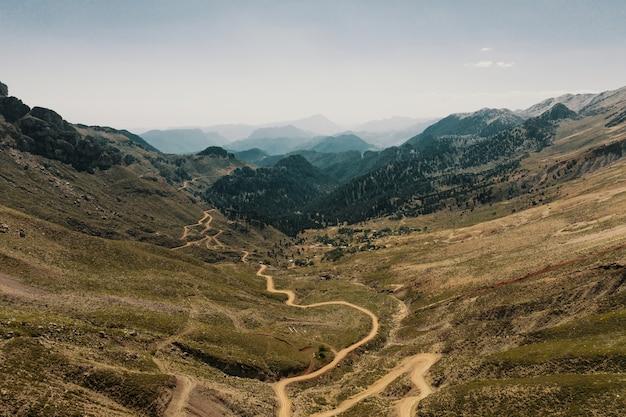 Paesaggio panoramico della strada del sentiero di montagna Foto Gratuite