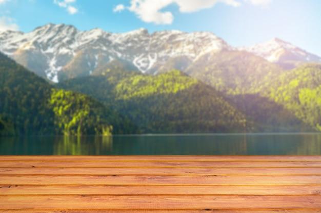 Paesaggio primaverile con tavolo in legno Foto Premium