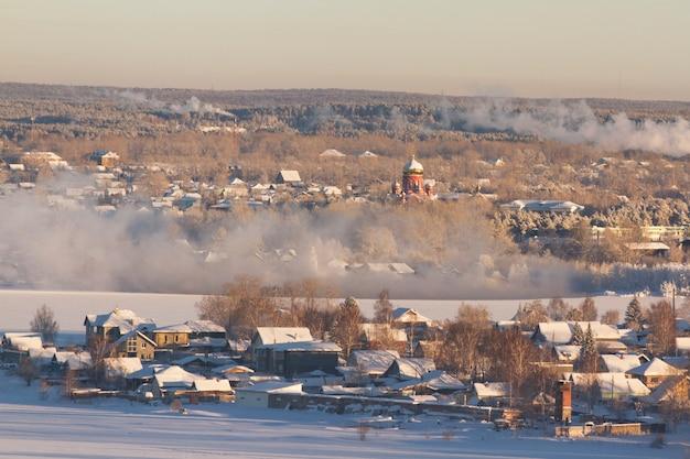 Paesaggio rurale invernale della campagna russa. gelida mattina d'inverno, un po 'di allegria natalizia Foto Premium
