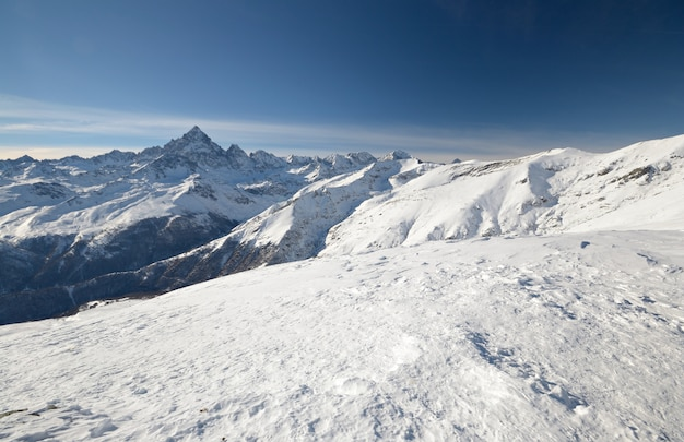 Paesaggio scenico di inverno nell'italiano Foto Premium