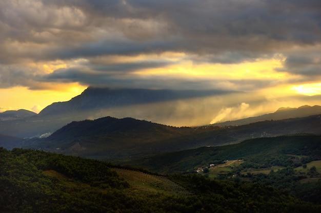 Paesaggio scenico di tramonto delle montagne a caselle in pittari, regione campania, italia Foto Premium