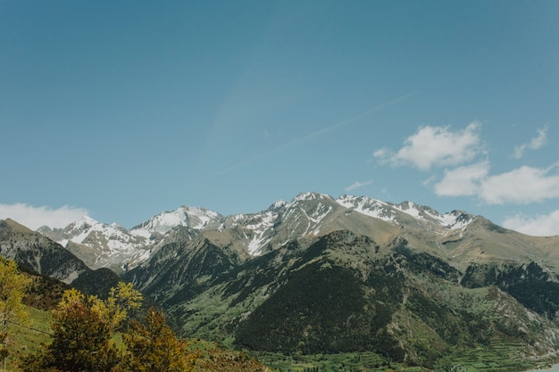 Paesaggio soleggiato di una montagna Foto Gratuite