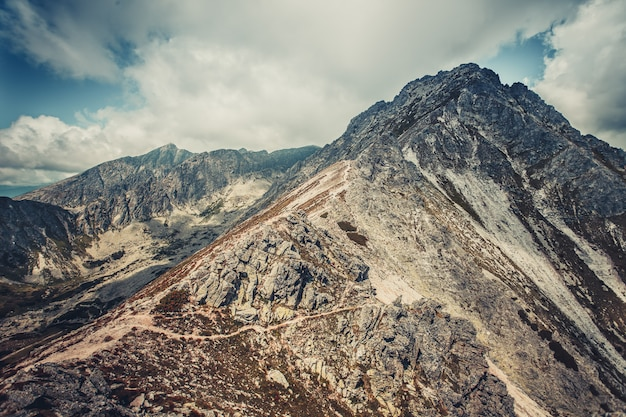 Paesaggio tranquillo nei toni del grigio blu. tatra. Foto Premium