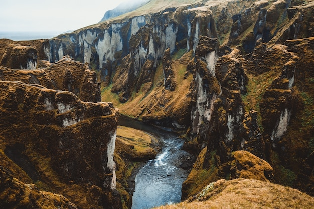 Paesaggio unico di fjadrargljufur in islanda. Foto Premium
