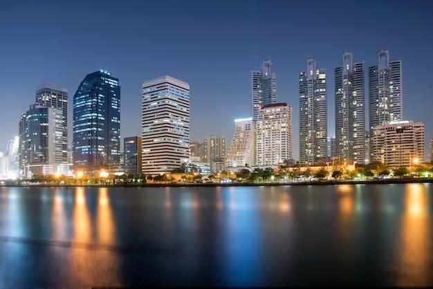 Paesaggio urbano al fondo della città di notte Foto Premium