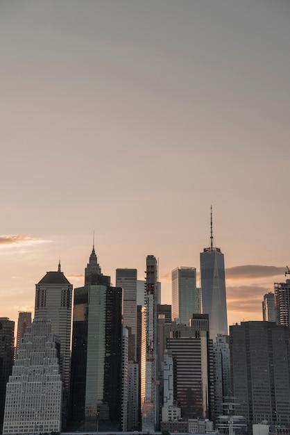 Paesaggio urbano con grattacieli al tramonto Foto Gratuite