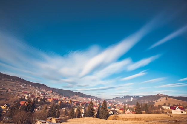 Paesaggio urbano dei carpazi e bel cielo Foto Premium