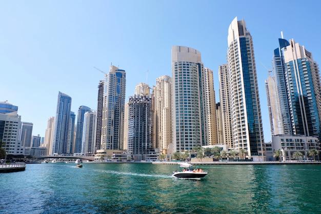 Paesaggio urbano di dubai con edifici e barche Foto Premium