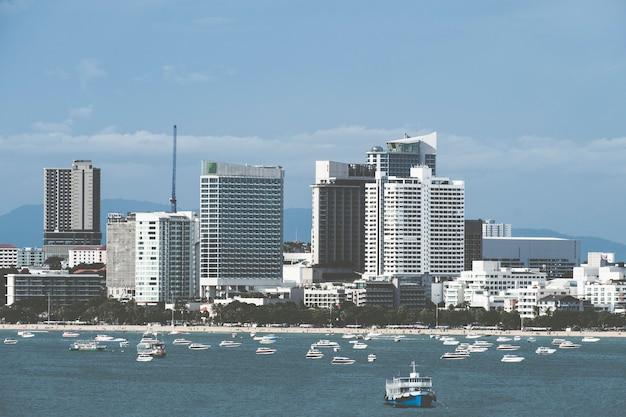 Paesaggio urbano di pattaya in tailandia e motoscafo. Foto Premium