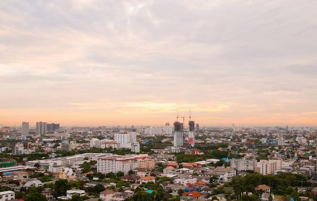 Paesaggio urbano di vista aerea della città moderna a bangkok. Foto Premium