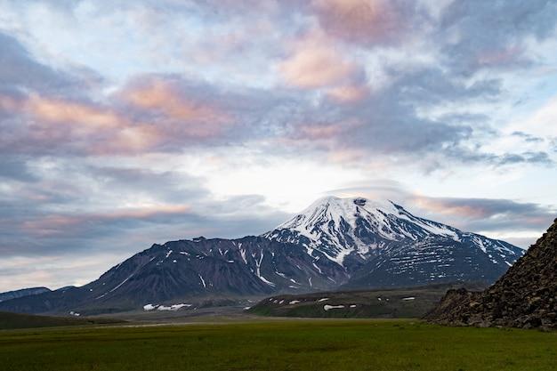 Paesaggio vulcanico della penisola di kamchatka. kamchatka destinazioni di viaggio popolari regionali. Foto Premium