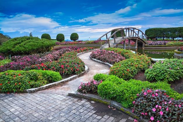 Paesaggistica verticale in armonia con la natura nel parco. Foto Premium
