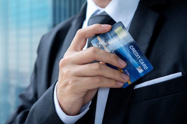 Paga dell'uomo d'affari o acquisto con carta di credito Foto Premium