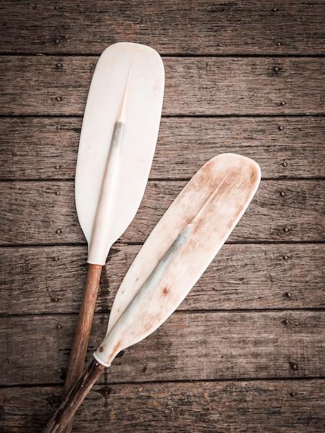 Pagaia per canoa o kayak sul pavimento di legno. kayak per attività di sport acquatici. Foto Premium