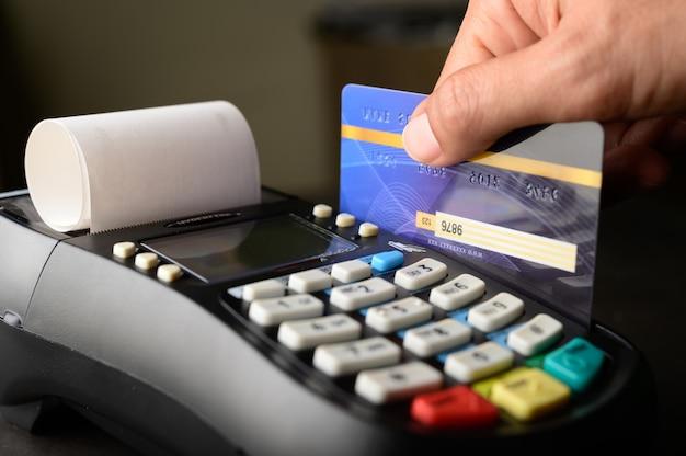 Pagamento con carta di credito, acquisto e vendita di prodotti e servizi Foto Gratuite