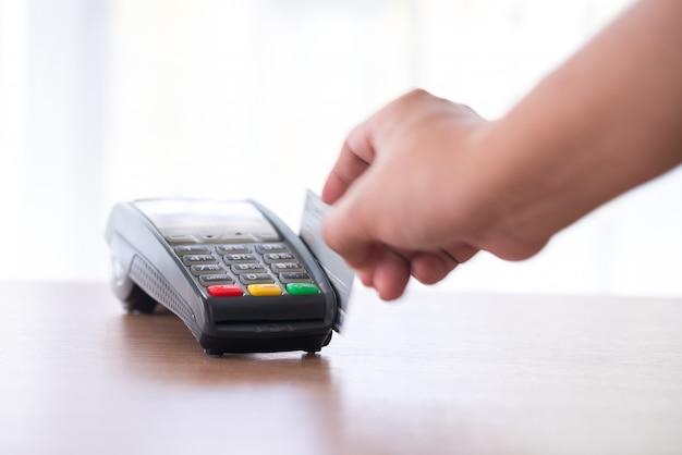 Pagamento con carta di credito, acquisto e vendita di prodotti e servizi Foto Premium
