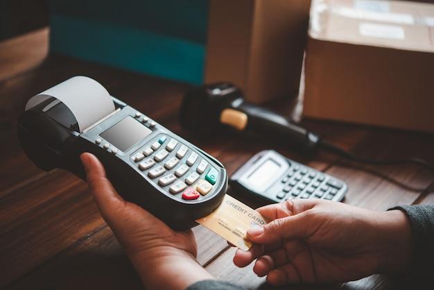 Pagamento con carta di credito, acquisto e vendita di prodotti tramite un dispositivo di scorrimento con carta di credito Foto Premium