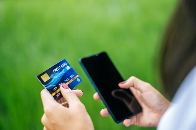 Pagamento per merce con carta di credito tramite smartphone Foto Gratuite