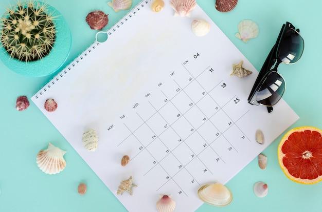 Pagina bianca del calendario. concetto di estate flat lay, copia spazio. Foto Premium