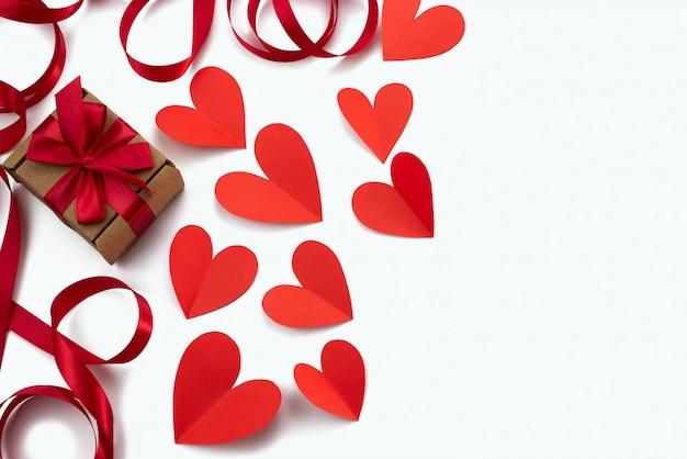 Pagina della priorità bassa di bianco del cuore del nastro rosso Foto Premium