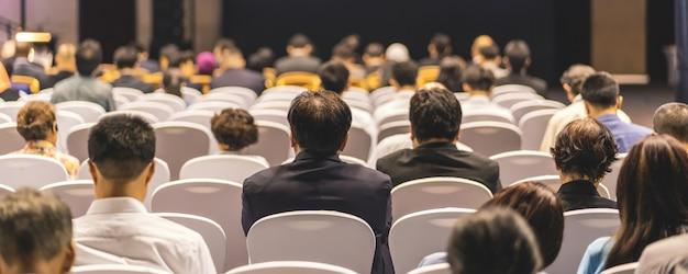 Pagina di copertina dello striscione di vista posteriore dell'udienza del pubblico altoparlanti sul palco nella sala delle conferenze Foto Premium