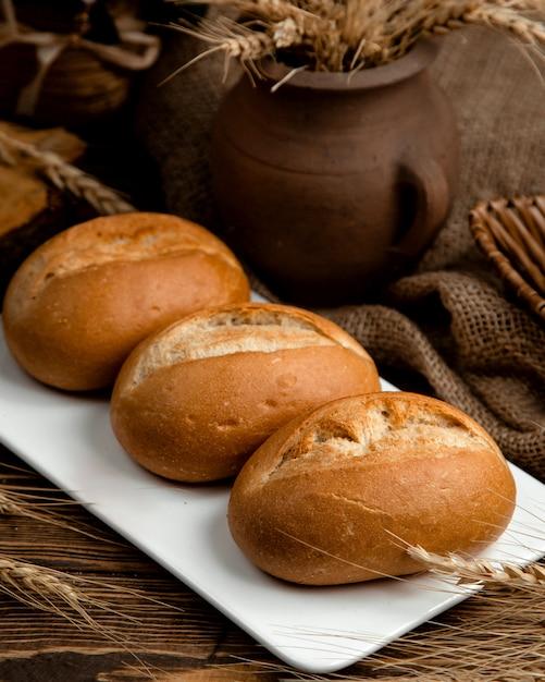 Pagnotta di pane nero su una tavola di legno Foto Gratuite