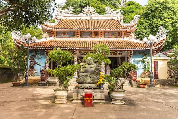 Pagoda buddista, tempio alle montagne di marmo, da nang vietnam Foto Premium