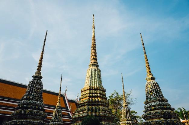 Pagoda del tempio tailandese di bangkok e cielo Foto Gratuite