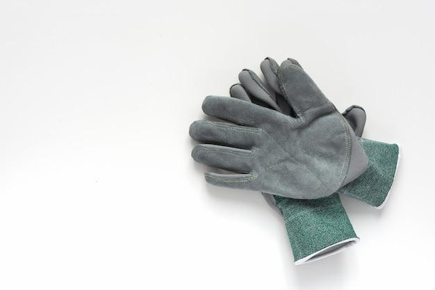 Paia dei guanti da lavoro di cuoio grigi su fondo bianco. Foto Premium