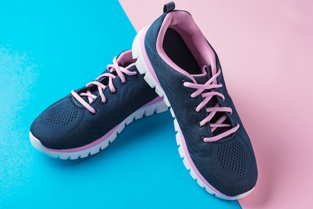 Paio di scarpe sportive femminili Foto Premium