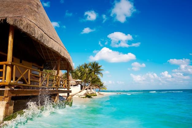 Palapa della spiaggia di playa del carmen nel messico Foto Premium
