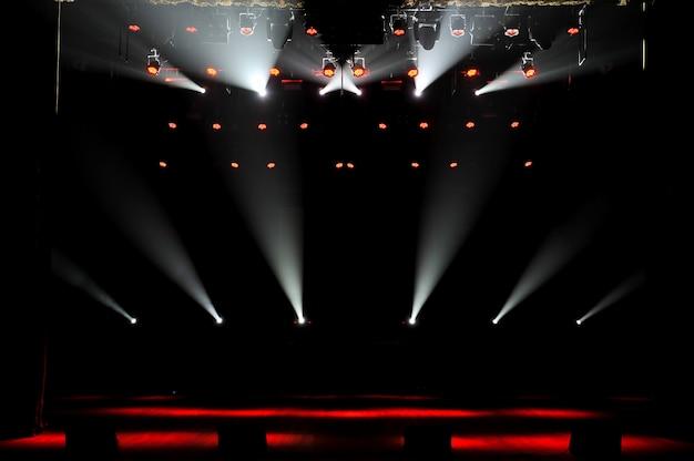 Palco libero con luci, dispositivi di illuminazione. sfondo. Foto Premium