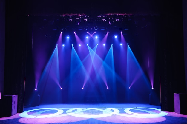 Palco libero con luci, dispositivi di illuminazione. spettacolo notturno. Foto Premium