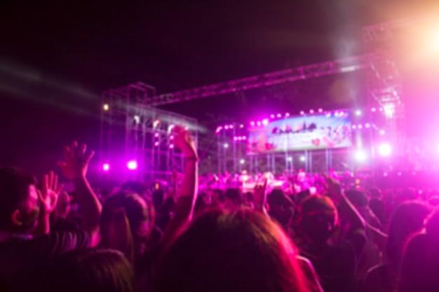 Palco sfocato con folla di concerti Foto Premium