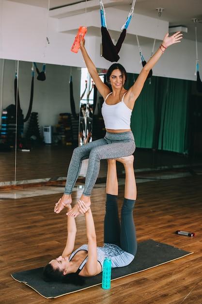 Palestra, due ragazze fanno esercizi Foto Premium