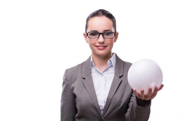 Palla del crystall della tenuta della donna isolata su bianco Foto Premium